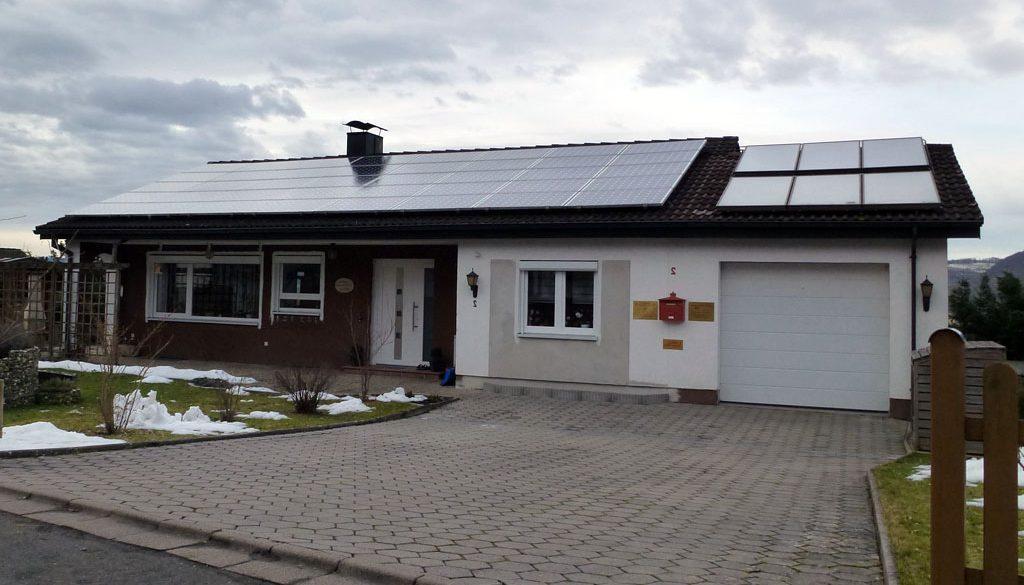 maison avec chassis pvc blanc panneau solaire