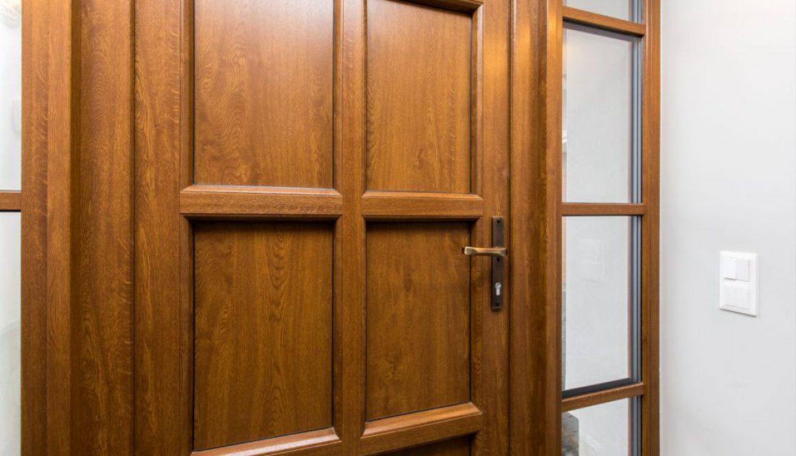 Porte d'entree en PVC Imitation bois Noyer avec Panneau, montants et petits bois sur les impostes lateraux